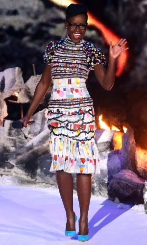 13.abr.2014 - Com um vestido multicolorido e óculos, a atriz Lupita Nyong'o entregou o prêmio de melhor transformação no cinema durante o MTV Movie Awards