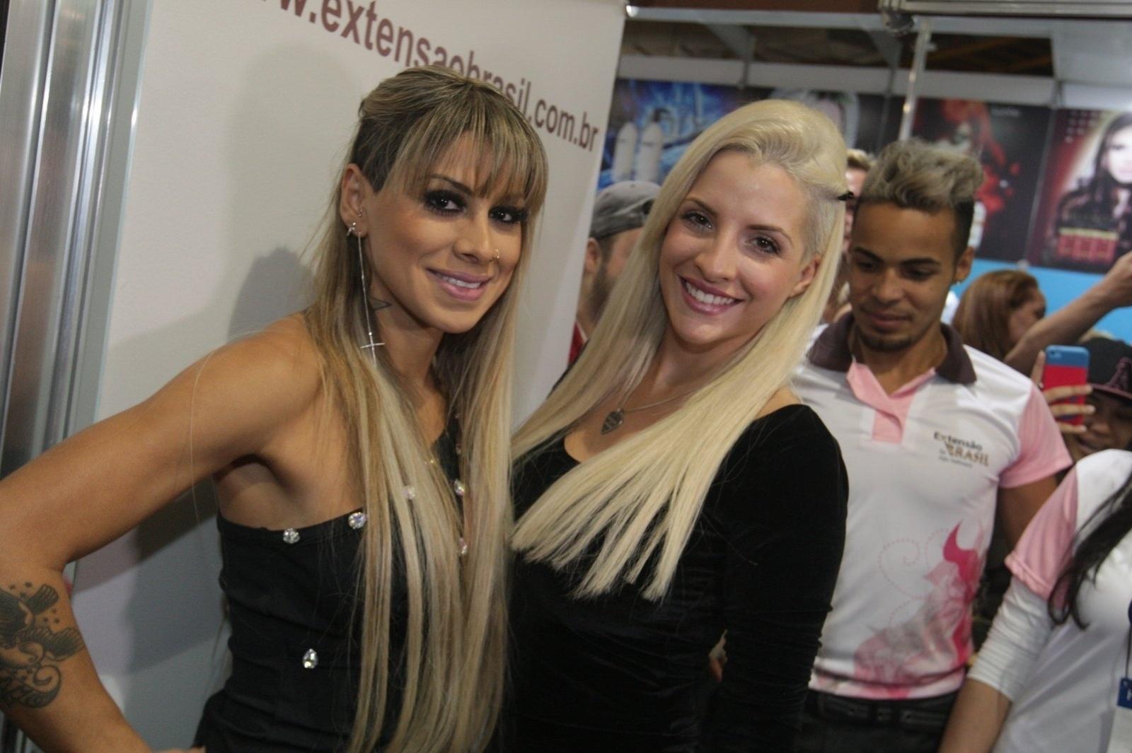 14.abr.2014 - Após anunciar fim de casamento, Clara se encontrou com Vanessa em uma feira de beleza, em São Paulo