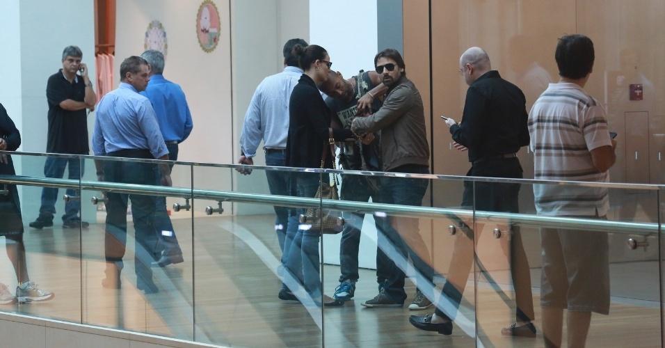 14.abr.2014 - Durante passeio em shopping na zona oeste do Rio, Murilo Rosa se irritou com a presença de um paparazzo. O ator estava acompanhado da mulher, a modelo Fernanda Tavares, e do filho, Lucas