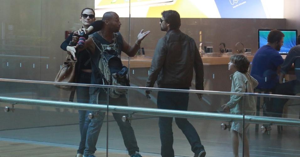 14.abr.2014 - Durante passeio em shopping na zona oeste do Rio, Murilo Rosa se irritou com a presença de um paparazzo. O ator estava acompanhado da esposa, a modelo Fernanda Tavares, e do filho, Lucas