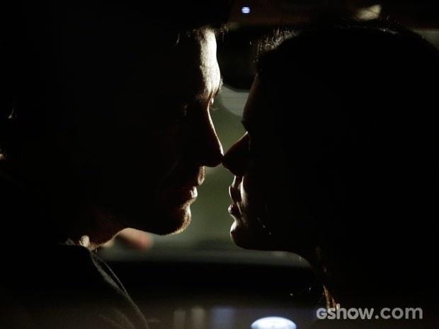 Após carona, Laerte e Luiza se beijam no carro