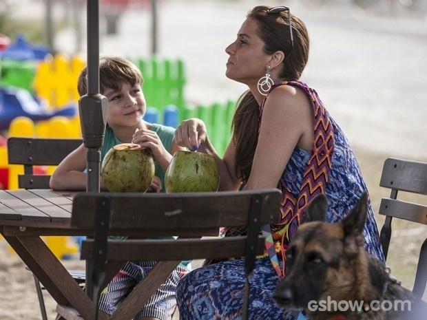 Clara convida o filho para tomar água de coco na praia e investiga se o menino aprova a médica