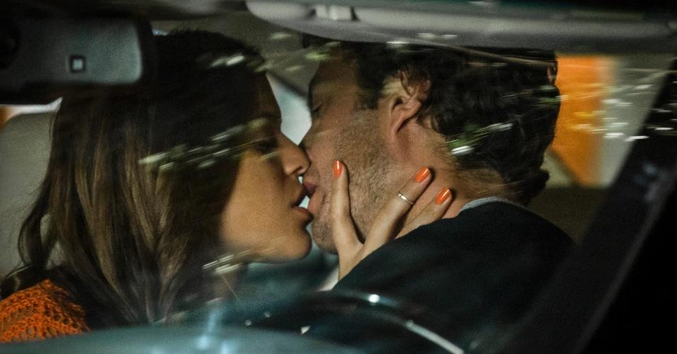 Em Família: Larte e Luiza se beijam no carro