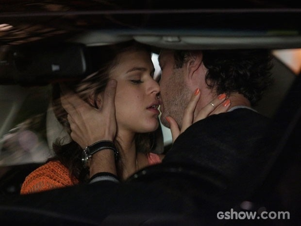 Laerte e Luiza se beijam em