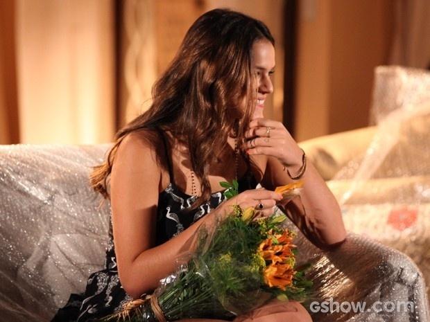 Luiza fica surpresa e feliz com as flores enviadas por Laerte