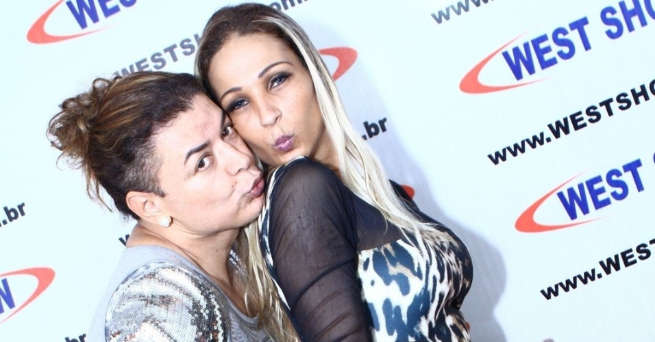 """15.abr.2014 - David Brazil não deixou de mandar o famoso """"beijinho no ombro"""" ao lado da funkeira Valesca Popozuda"""