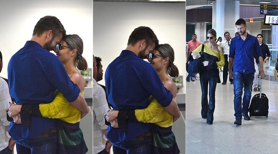 15.abr.2014 - Fernanda Lima e Rodrigo Hilbert trocaram carinhos no aeroporto Santos Dumont, no Rio
