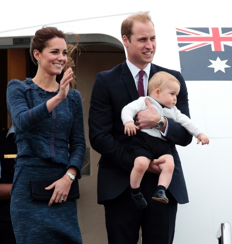16.abr.2014 - Kate Middleton e Príncipe William, com o filho George no colo, se despedem da Nova Zelândia rumo à Austrália. O casal está em viagem pela Oceania, a primeira acompanhado pelo filho