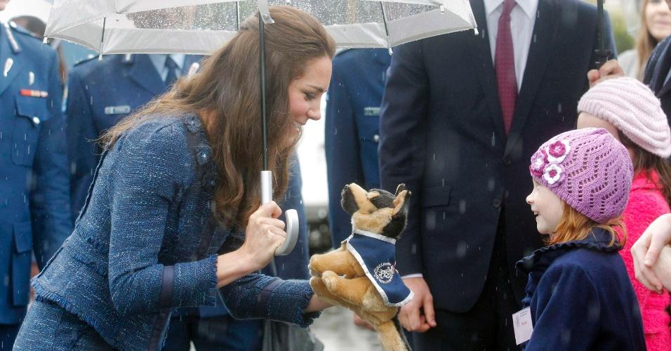 16.abr.2014 - Kate Middleton ganha cão de pelúcia durante visita à Royal New Zealand Police College, a academia de polícia real na Nova Zelândia. O casal está em viagem pela Oceania, a primeira acompanhado pelo filho, George