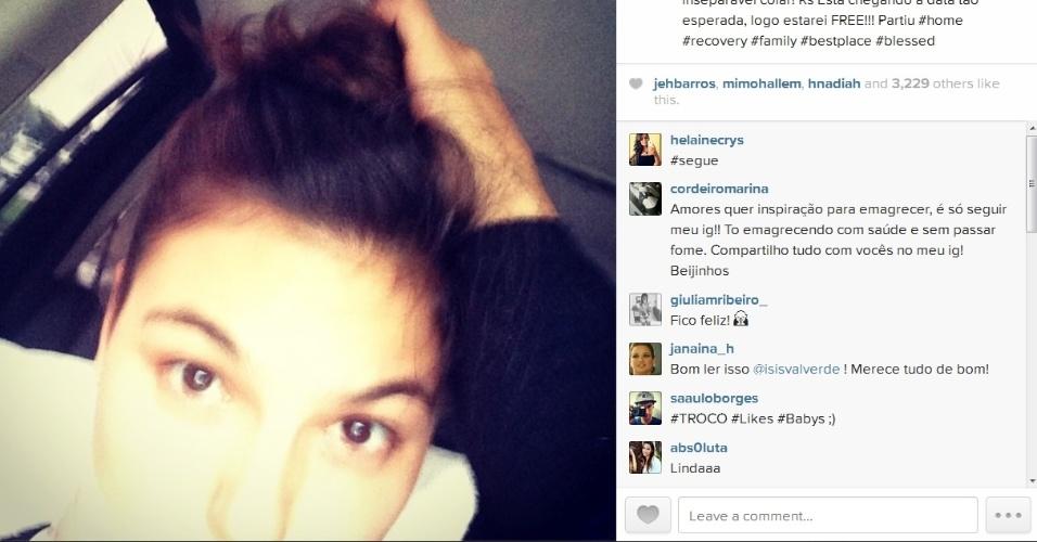 15.abr.2014- Isis Valverde avisa que tirará colar cervical em breve:
