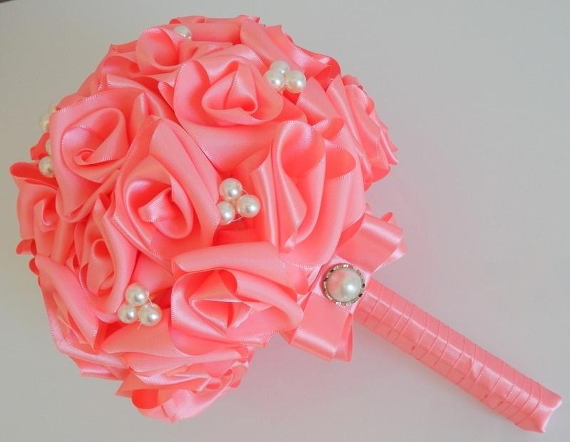 21 - Buquê de rosas em fitas de cetim e aplicações de pérolas. Da Dellabela Artes