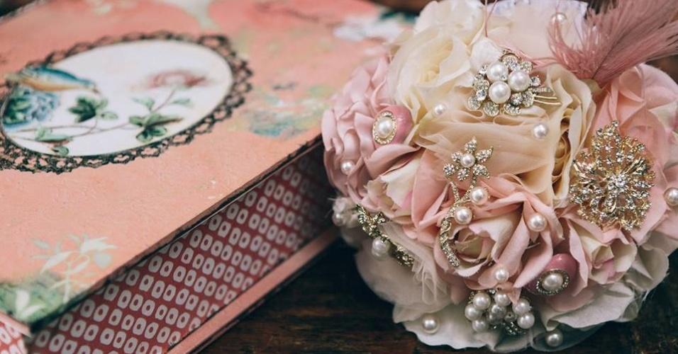 30 - Buquê de flores de tecido com aplicações de broches, pérolas, tule e detalhe com pluma. Da Bouquet Boutique