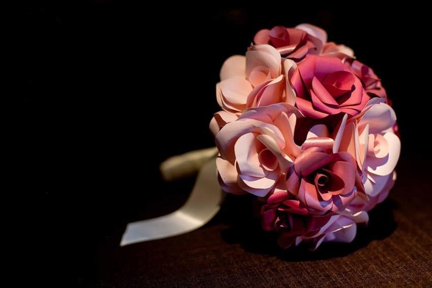 32 - Buquê de flores em papel com detalhe em fita de cetim na base. Da Bouquet Boutique