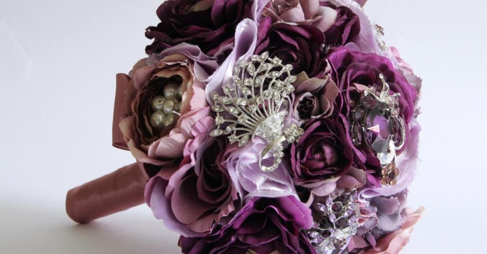 37 - Buquê de flores de tecido com broches, pérolas e base me cetim. Da Bouquet Boutique