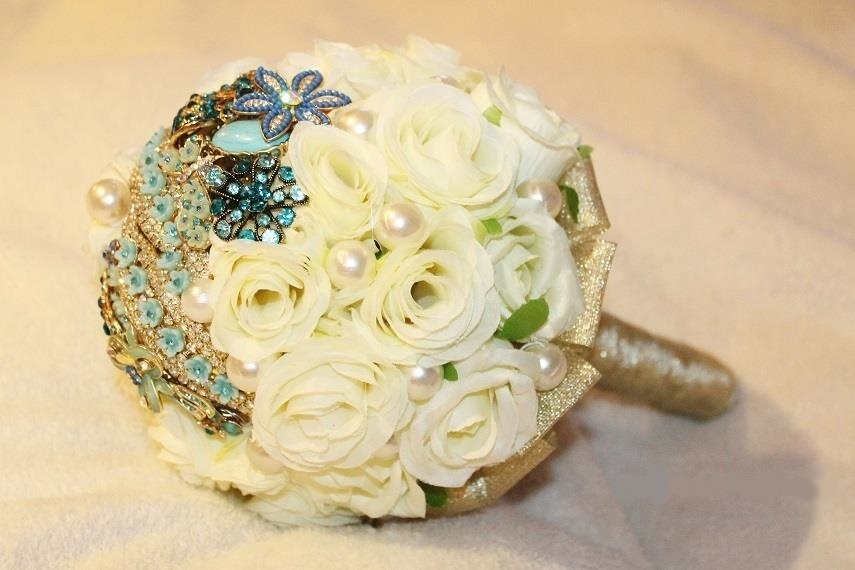 42 - Buquê de flores de tecido com broches e pérolas. Da Buquê de Broches