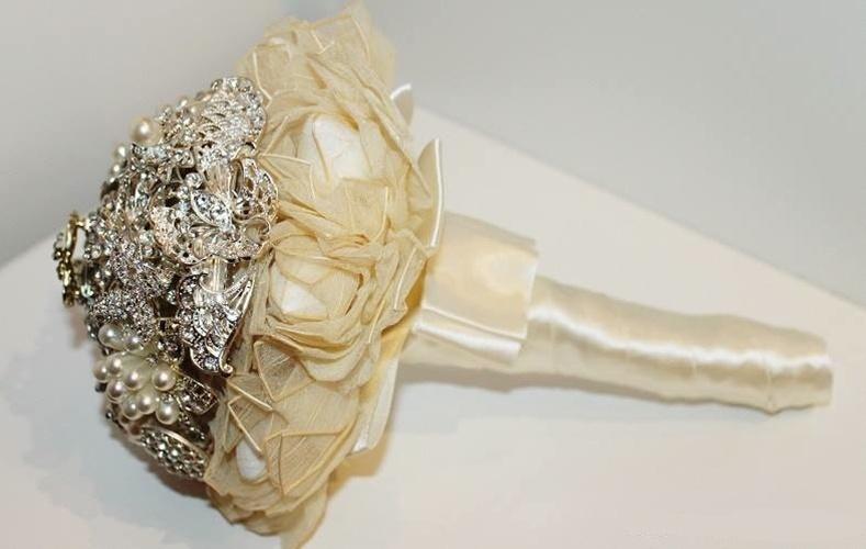 44 - Buquê de broches e flores de tecido com detalhe de cetim na base. Da Buquê de Broches