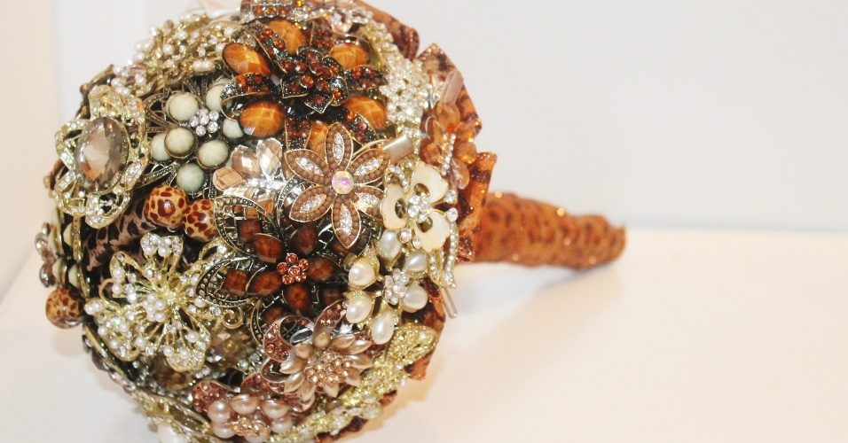 45 - Buquê de broches e flores de tecido com detalhe em fita de gorgurão na base. Da Buquê de Broches (www.buquedebroches.com). A partir de R$ 500. Disponibilidade e preço pesquisados em abril de 2014. Sujeitos a alterações