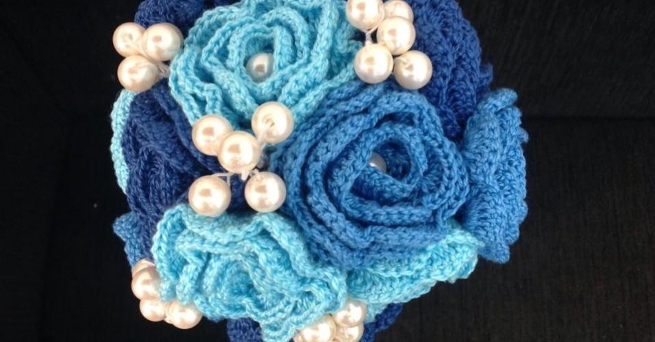 8 - Buquê de rosas em crochê com aplicações de pérolas. Da Arte em Crochê Agora