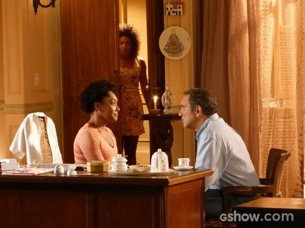 Alice (Erika Januza) ouve conversa de sua mãe com Virgílio (Humberto Martins) e descobre que é fruto de um estupro