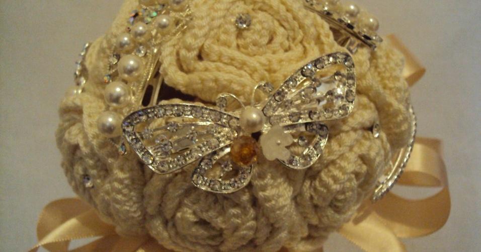 10 - Buquê de rosas em crochê com aplicações de pérolas. Da Pitanga Brasil