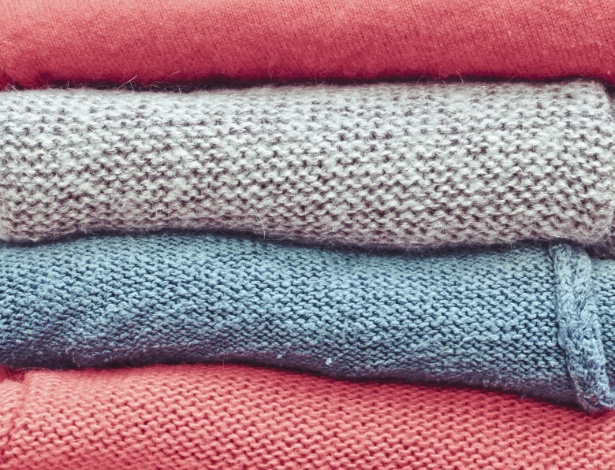 Cheiro de roupa guardada, bolinhas e manchas amareladas têm solução - Getty Images
