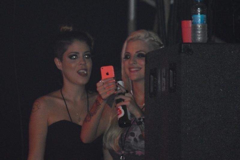 15.abr.2014 - As ex-BBBs Bella e Clara acompanharam de cima do palco o show de Axl Rose à frente do Guns N' Roses na noite desta terça-feira em Recife, em Pernambuco