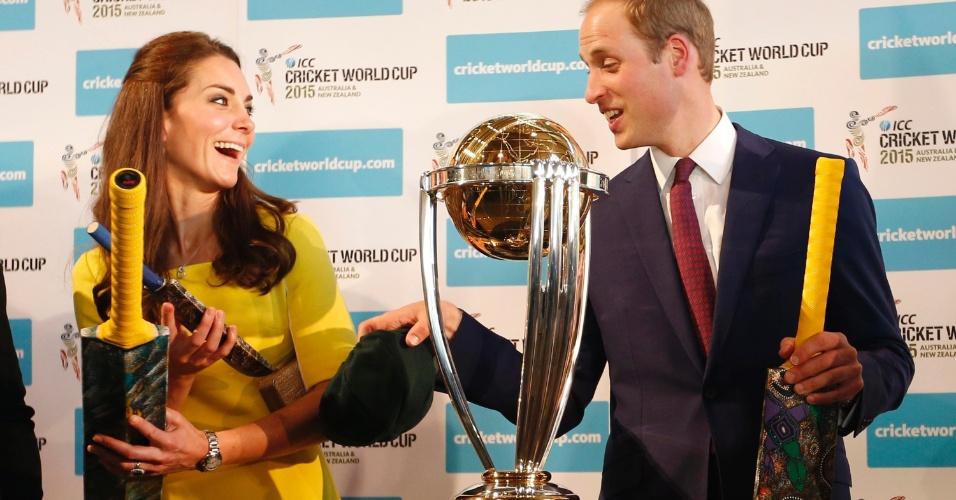 16.abr.2014 - Kate Middleton e o Príncipe William são presenteados com bastões de críquete durante recepção na Royal Opera House, em Sidney. Os Duques de Cambridge desembarcaram nesta quarta-feira na cidade