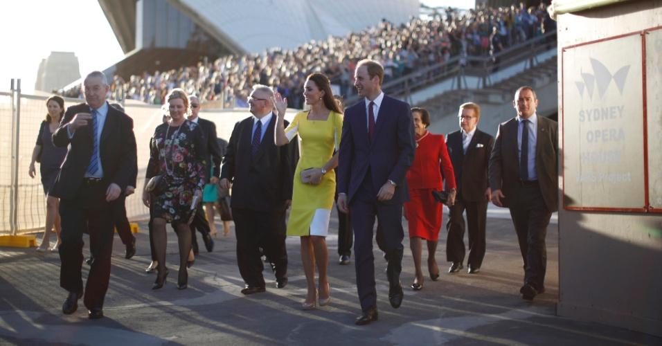 16.abr.2014 - Kate Middleton e o Príncipe William são recebidos por multidão na Royal Opera House, em Sidney. Os Duques de Cambridge desembarcaram nesta quarta-feira na cidade