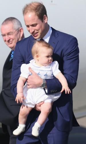 16.abr.2014 - Príncipe William desembarca com o filho, o Príncipe George, no aeroporto de Sidney, na Austrália, após deixar a Nova Zelândia. O Duque de Cambridge e a mulher, Kate Middleton, estão em viagem pela Oceania, a primeira oficial de George