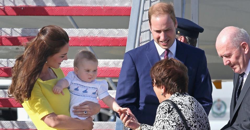 16.abr.2014 - O Príncipe George, filho de Kate Middleton e do Príncipe William, é paparicado após desembarcar no aeroporto de Sidney com os pais. Os Duques de Cambridge estão em viagem pela Oceania, a primeira oficial de George