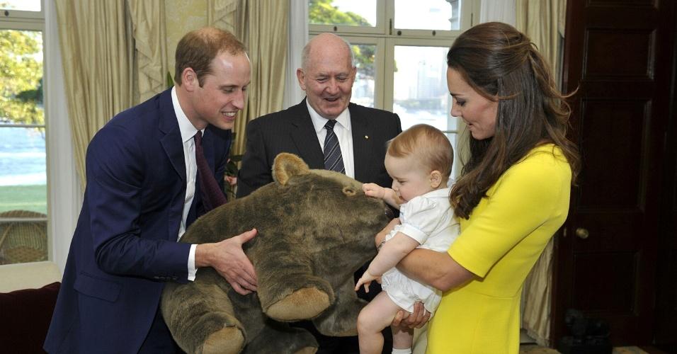 16.abr.2014 - O Príncipe George, filho de Kate Middleton e do Príncipe William, ganha um urso de pelúcia do governador geral da Austrália, Peter Cosgrove. Os Duques de Cambridge desembarcaram nesta quarta-feira em Sidney
