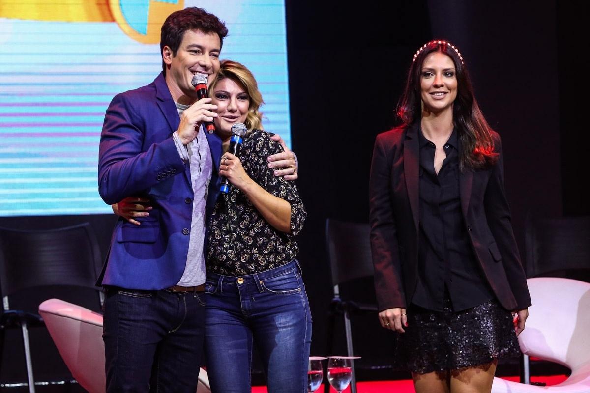16.abr.2014 - Rodrigo Faro abraça Antonia Fontenelle na coletiva de imprensa de seu novo programa,