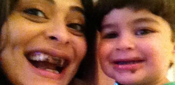 Juliana Paes faz selfie abraçada ao filho, Antônio