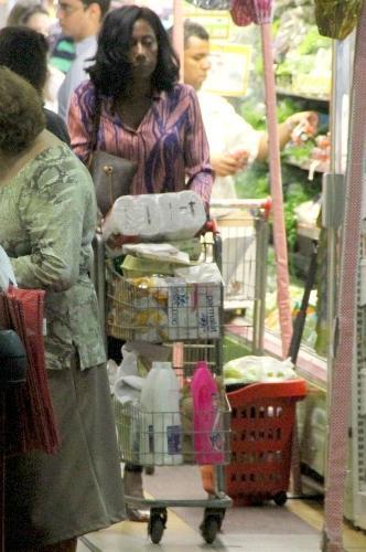 16.abr.2014 - Gloria Maria faz compras sozinha em um supermercado no bairro do Leblon, no Rio de Janeiro