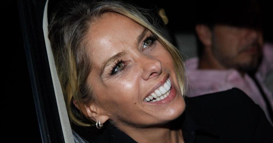 16.abr.2014 - Na porta da festa de aniversário de 20 anos de carreira do maquiador Junior Mendes, em São Paulo, Adriane Galisteu é abordada pelos fotógrafos e repórteres. O evento contou com show especial de Preta Gil