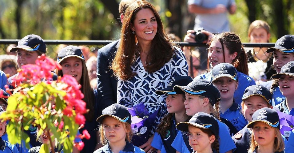 17.abr.2014 - 17.abr.2014 - Kate Middleton cumprimenta habitantes locais em visita com o príncipe William na Blue Mountains, Austrália