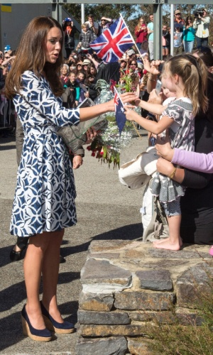 17.abr.2014 - 17.abr.2014 - Kate Middleton e Príncipe William cumprimentam habitantes locais em tour pela Blue Mountains, Austrália