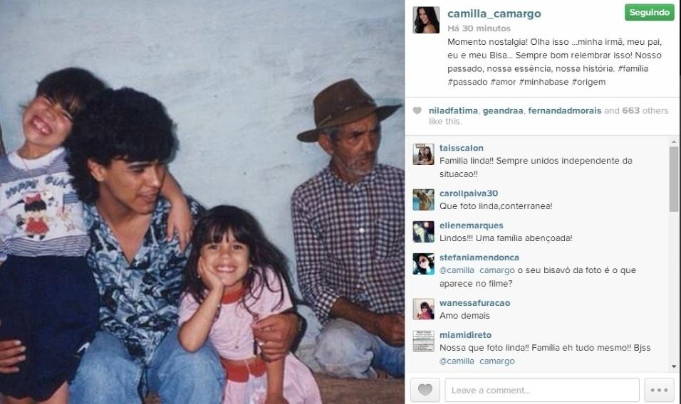 """17.abr.2014 - Camilla Camargo resgatou uma foto do fundo do baú para mostrar aos seus fãs no Instagram. Na imagem, Zezé Di Camargo aparece bem mais novo, com o cabelo maior, e Wanessa quando era criança. """"Momento nostalgia! Olha isso ...minha irmã, meu pai, eu e meu Bisa... Sempre bom relembrar isso! Nosso passado, nossa essência, nossa história"""", disse a atriz"""