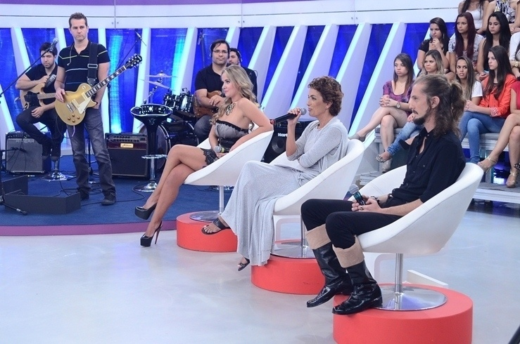 17.abr.2014 - Jurados acompanham apresentação de bailarinas que disputam posto na