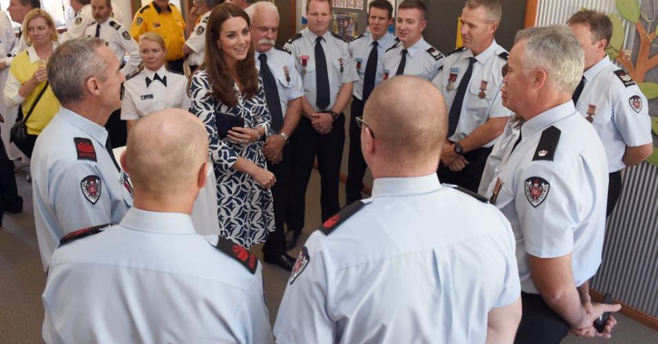 17.abr.2014 - Kate Middleton cumprimenta funcionários do serviço de emergência de Winmalee, área da Blue Mountains gravemente afetada por um incêndio no ano passado