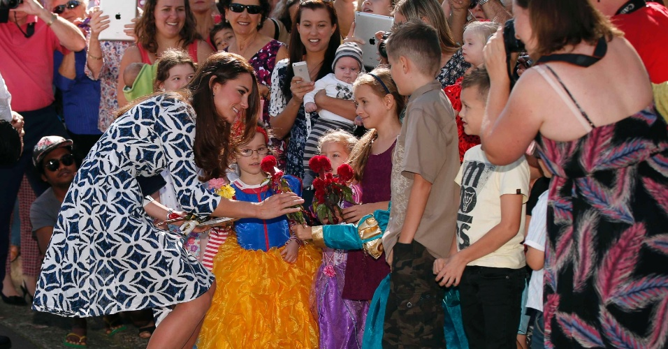 17.abr.2014 - Kate Middleton cumprimenta habitantes locais em visita com o príncipe William na Blue Mountains, Austrália