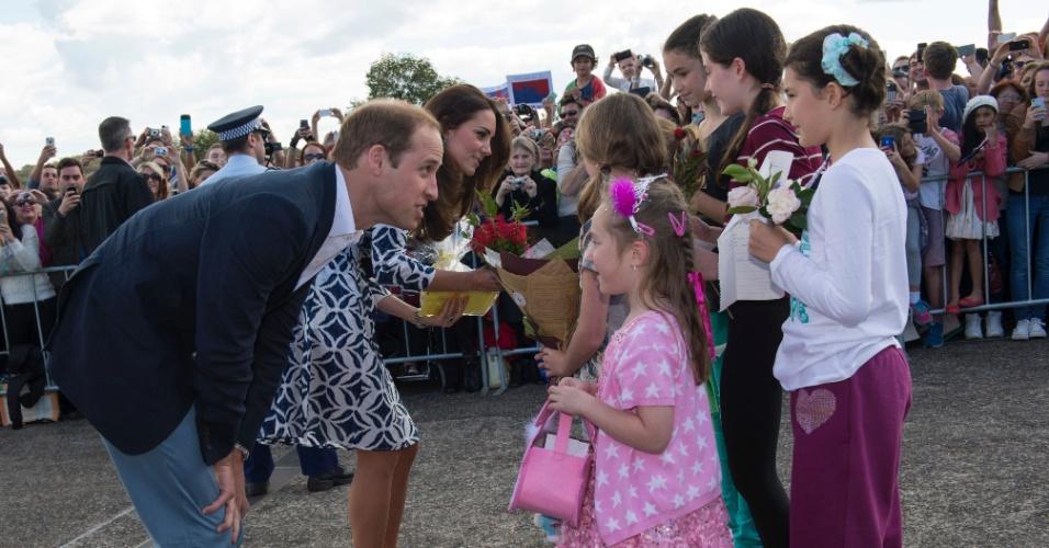 17.abr.2014 - Kate Middleton e Príncipe William cumprimentam habitantes locais em tour pela Blue Mountains, Austrália