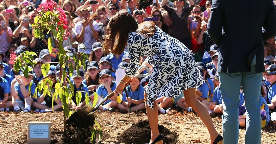 17.abr.2014 - Kate Middleton planta árvore em Winmalee, região de Blue Mountains, na Austrália. Locais prestigiam o ato da duquesa de Cambridge