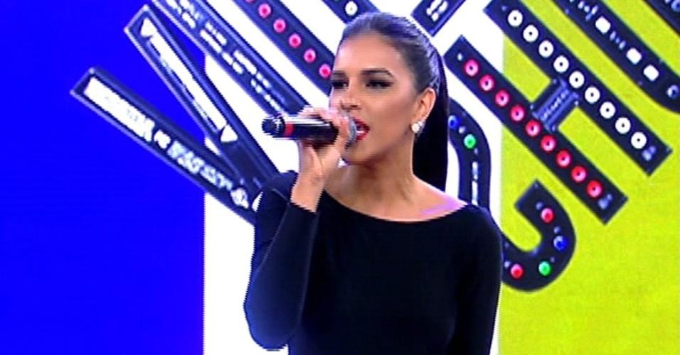 17.abr.2014 - Mariana Rios canta no