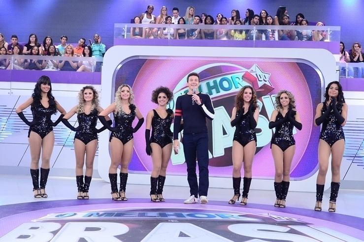 17.abr.2014 - Rodrigo Faro apresenta bailarinas que disputam posto na