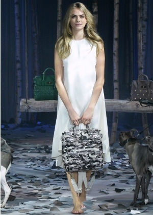 Cara Delevigne desfila com bolsa da sua coleção para a Mulberry - Getty Images