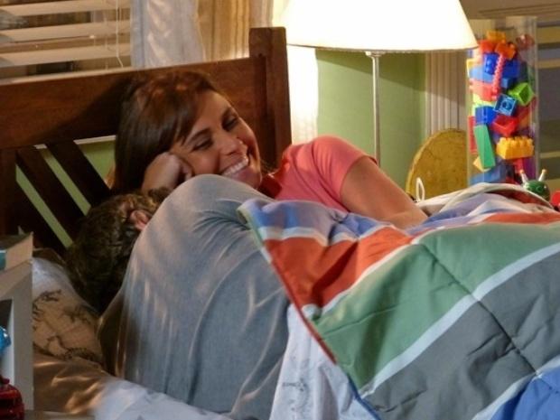 Clara e Cadu se divertem na cama com Ivan