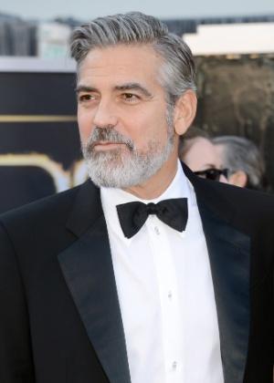 23.fev.2013 - George Clooney aparece com barba comprida no tapete vermelho do Oscar. O astro, no entanto, já abandonou o visual - Getty Images
