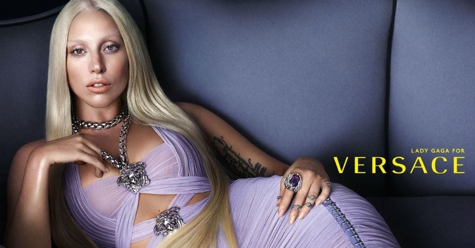 Lady Gaga posa para a campanha de Verão 2014 da Versace