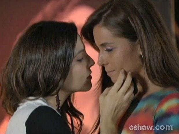 Marina entende a situação de Clara e a beija